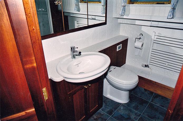 delta-marine-dutch-barge-interior-03