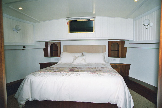 delta-marine-dutch-barge-interior-10