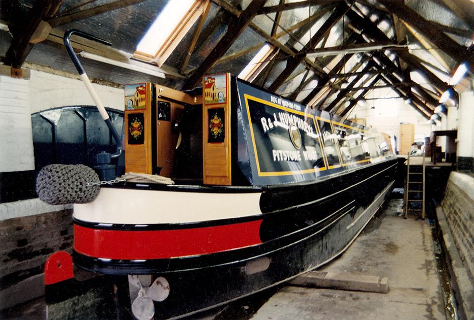 dms-narrow-boat-exterior-01