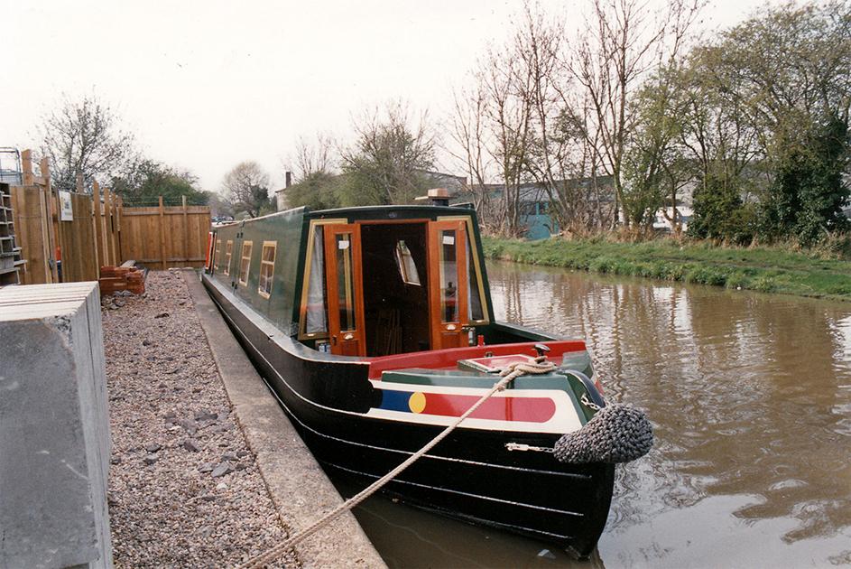 dms-narrow-boat-exterior-03