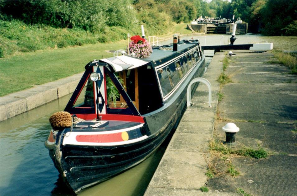 dms-narrow-boat-exterior-08