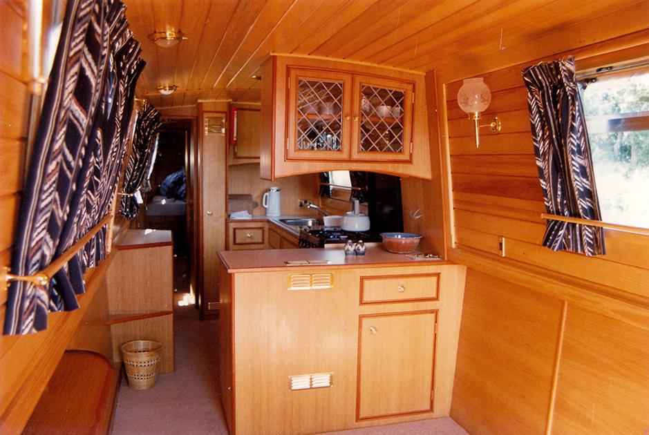 dms-narrow-boat-interior-01