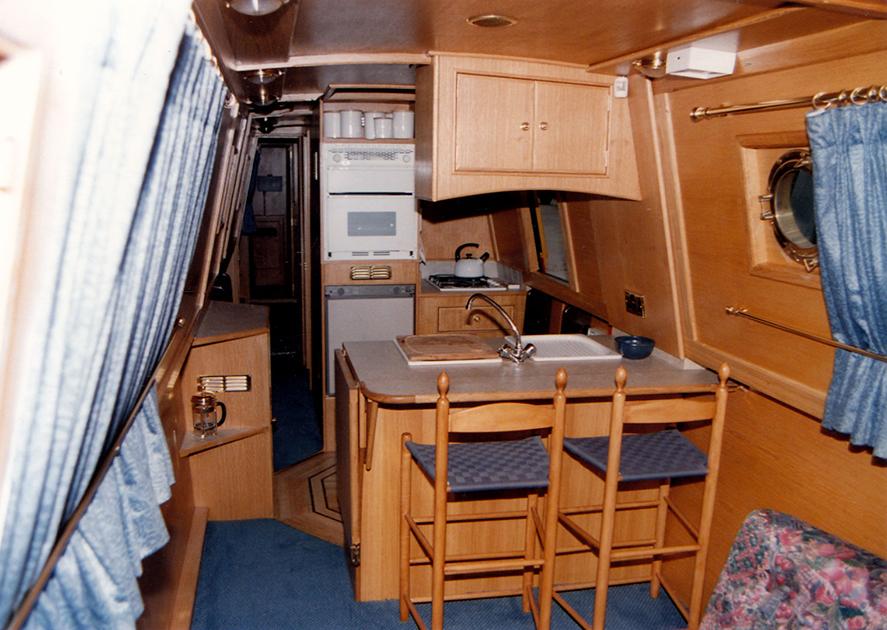 dms-narrow-boat-interior-03