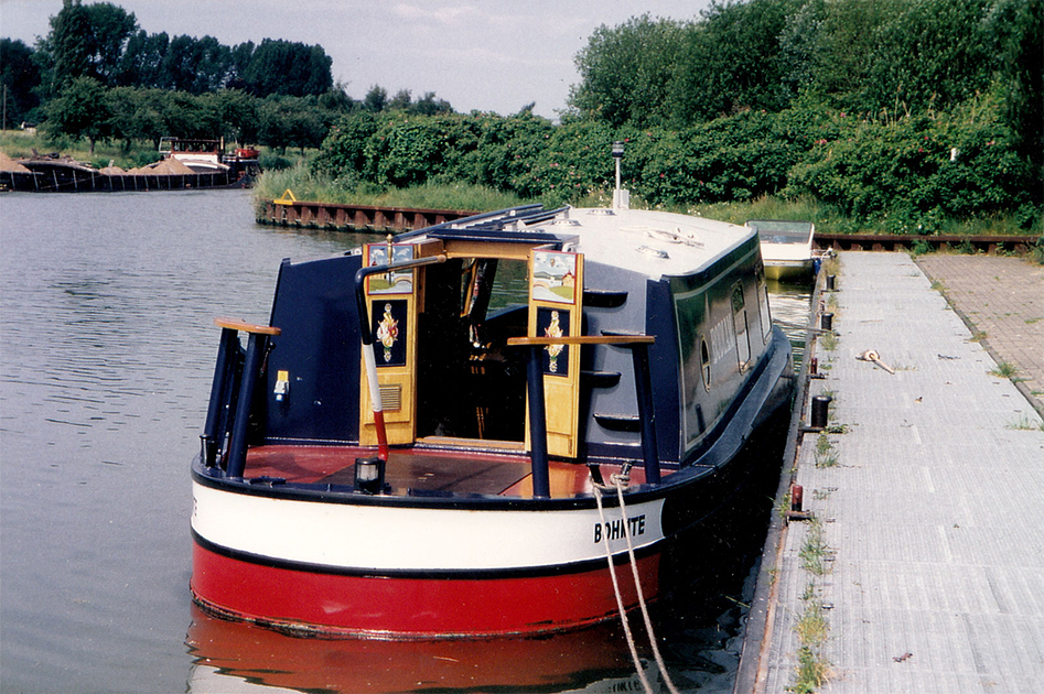 dms-wide-beam-canal-boat-exterior-01