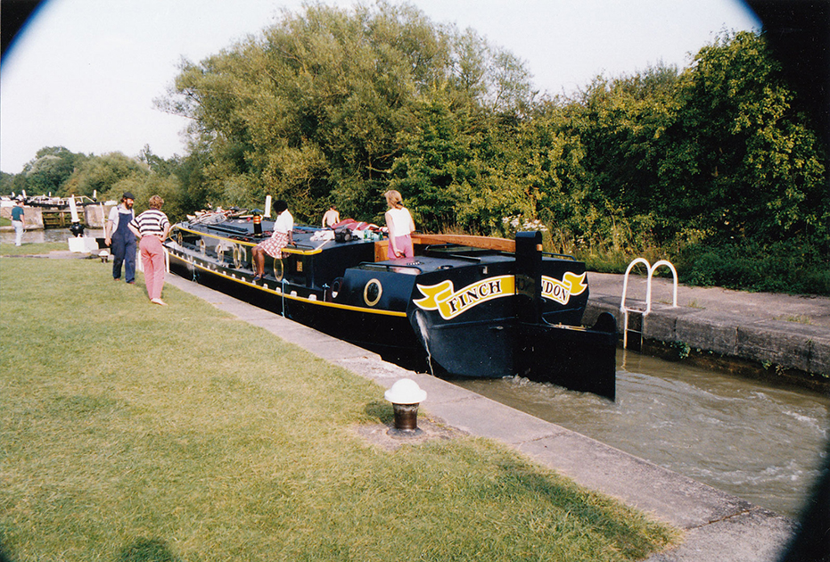 dms-wide-beam-canal-boat-exterior-05