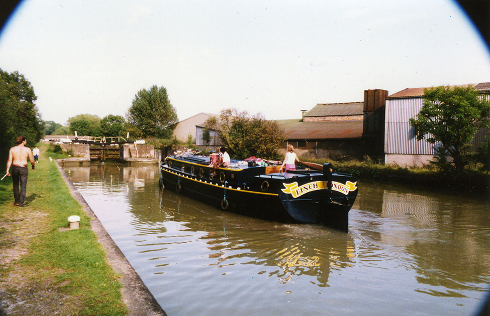 dms-wide-beam-canal-boat-exterior-09