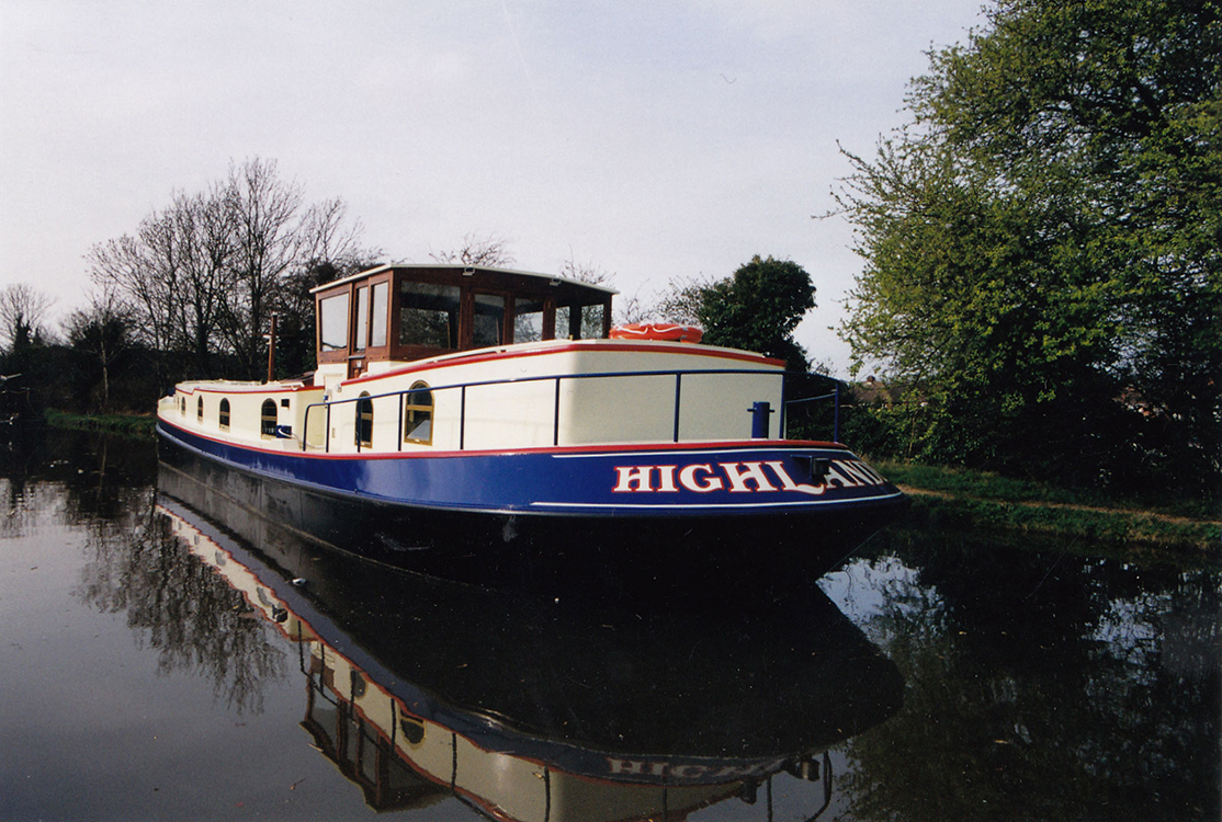 home-dutch-barge-exterior-03