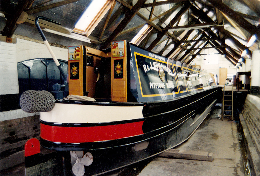 home-narrow-boat-exterior-01